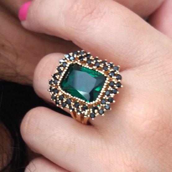 Anel Diferenciado com Pedra Natural Verde e Mini Cristais Pretos Folheado em Ouro 18k