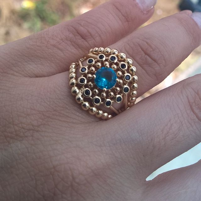 Anel de Pedra Natural Azul e Mini Cristais Pretos Folheado em Ouro 18k