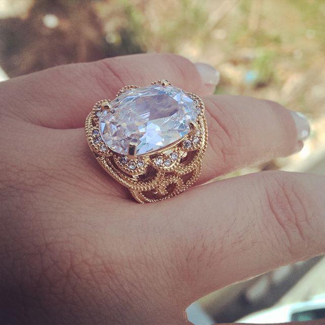 Anel de Pedra Natural Branca Cravejado com Zircônias Folheado em Ouro 18k