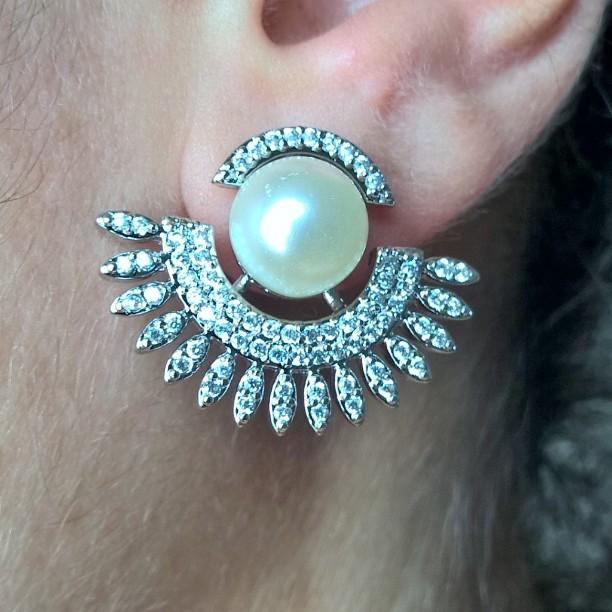 Brinco Ear Cuff De Pérolas Com Zircônias Folheado Em Prata