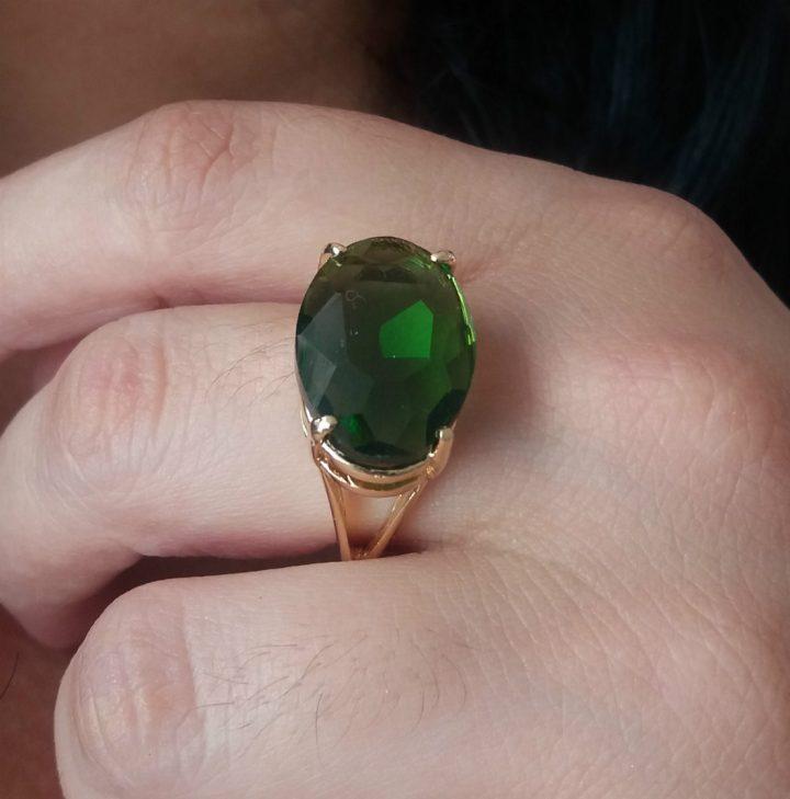 anel com pedra verde esmeralda