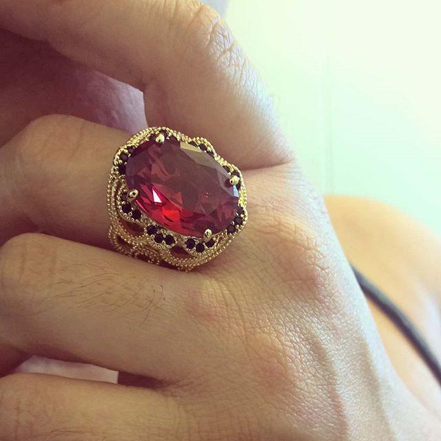 anel de pedra natural vermelha folheado em ouro 18k