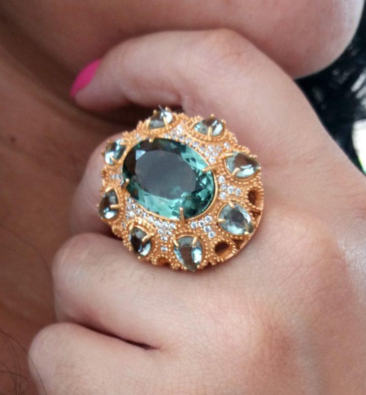 anel grande com pedras naturais folheado