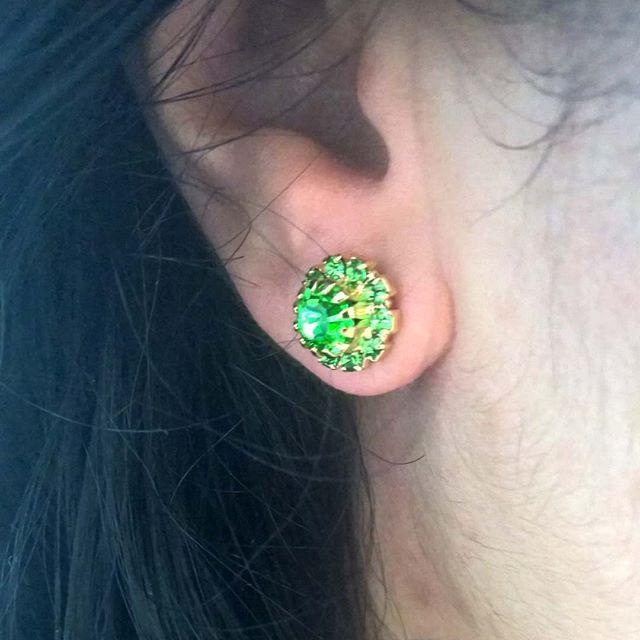 brinco delicado com pedra verde