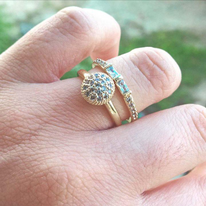 anel solitário cravejado com zirconias folheado em ouro 18k