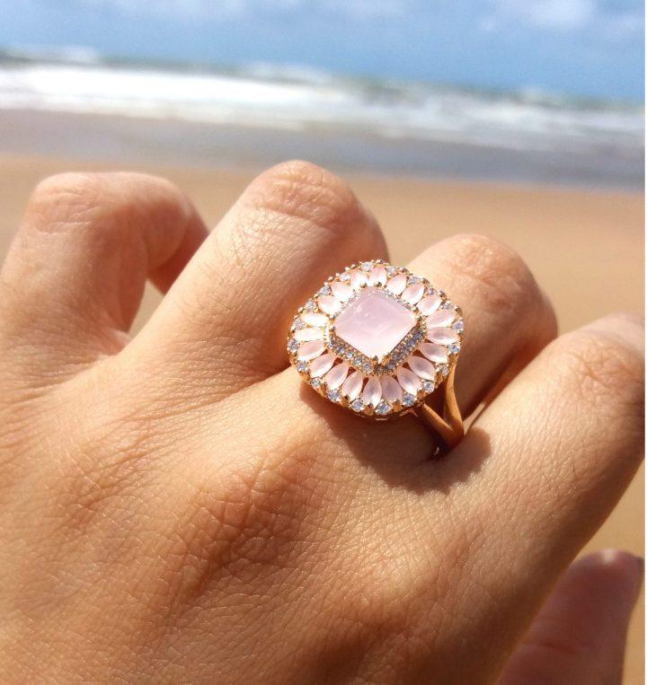 Anel Com Pedra Natural Rosa Claro Folheado Em Ouro 18k