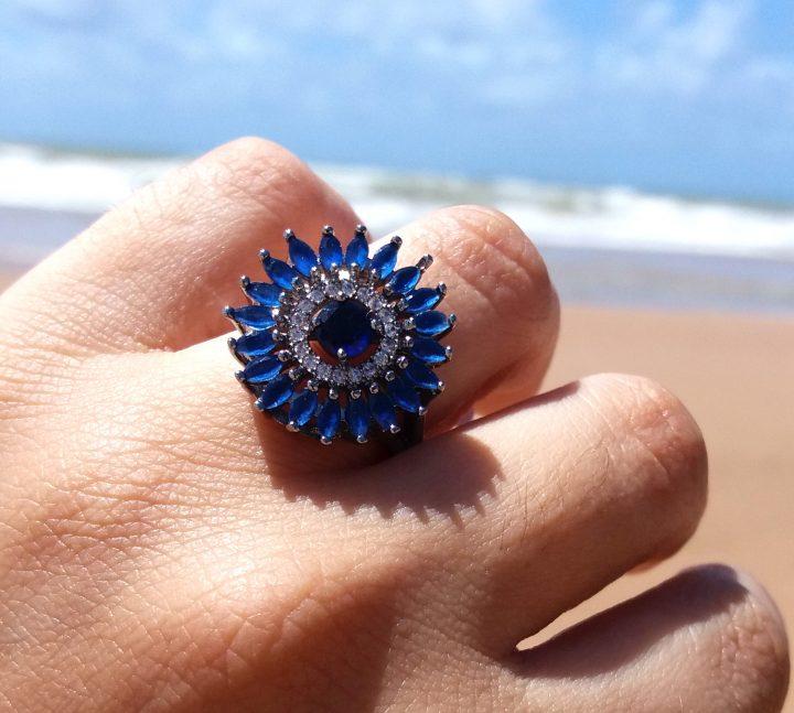 Anel Redondo com Pedra Natural Azul Folheado em Ródio Negro