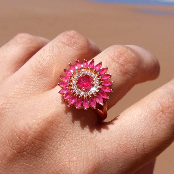 Anel Redondo com Pedra Natural Rubi Leitoso Folheado em Ouro 18K