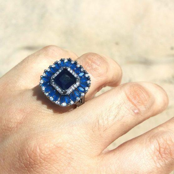 Anel com Pedra Natural Azul Cravejado de Zircônias Folheado em Ródio Negro
