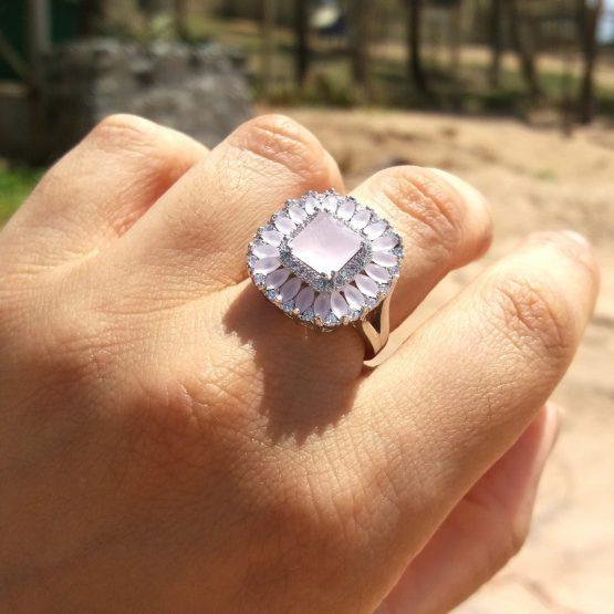 anel com pedra natural rosa leitoso cravejado de zircônias