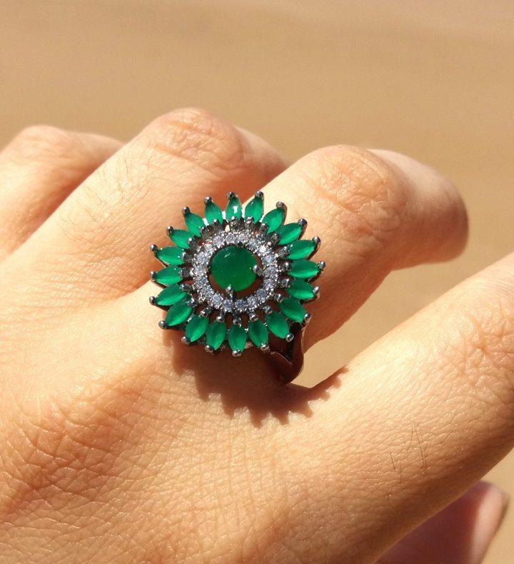 anel de pedra esmeralda redondo