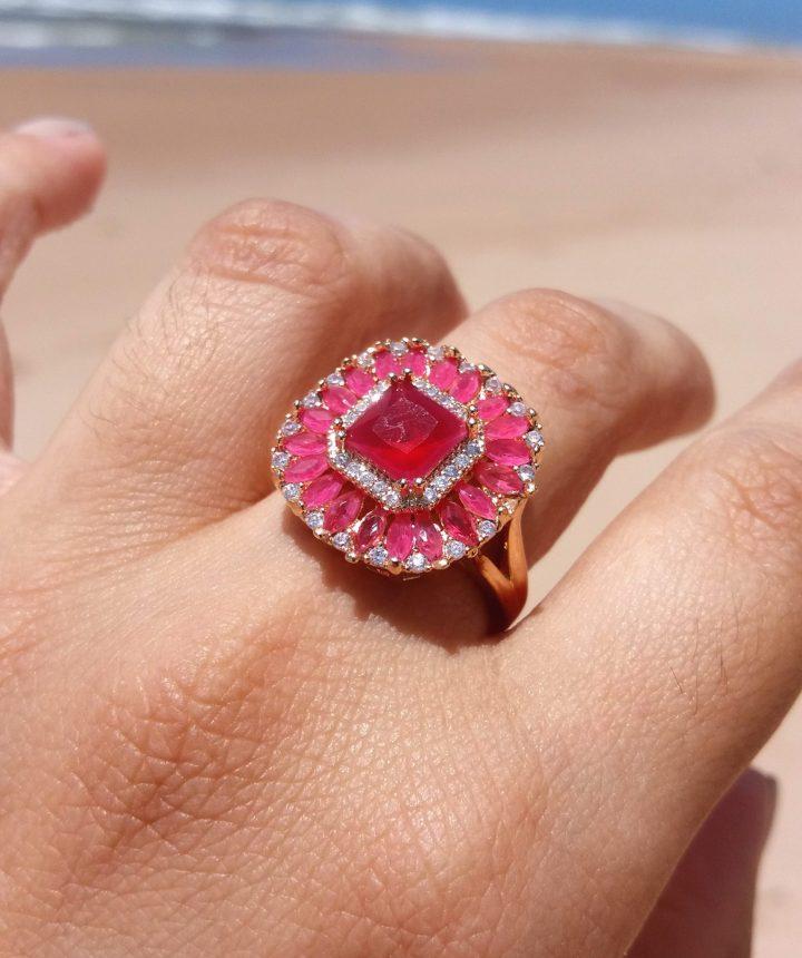 anel de pedra vermelha rubi folheado em ouro