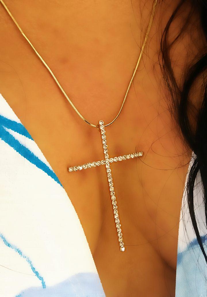 Colar Gargantilha Cruz Crucifixo com Pedra Branca Folheado em Ouro 18k