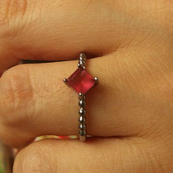 Anel Estilo Pandora com Pedra Vermelha Folheado em Ródio Negro