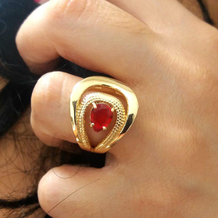 Anel com Pedra Vermelha Folheado em Ouro 18k