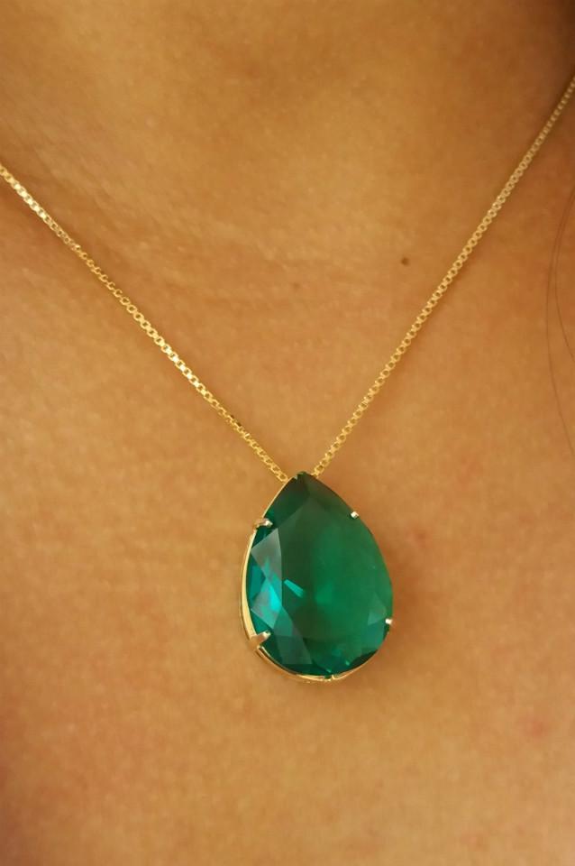 colar com pedra esmeralda