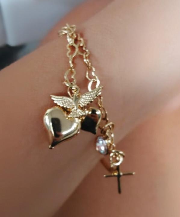 pulseiras douradas com pingentes