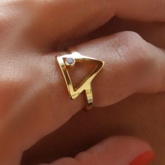 Anel Triangulo Com Zircônia Folheado Em Ouro 18k